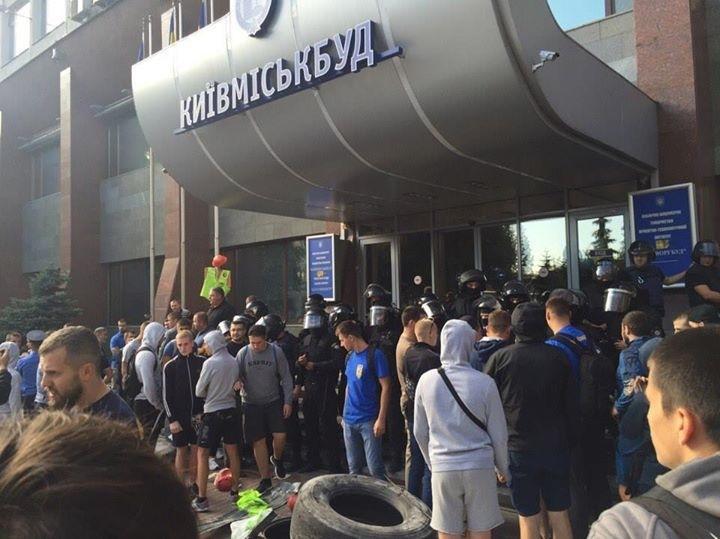 Современный Беркут побил активистов Азова и ОУН под Киевгорбудом