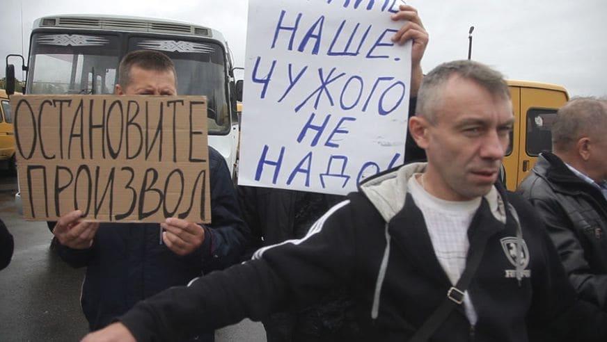 """putin-pamagi Протест по-російськи: у РФ маршрутники виклали напис """"Путіне, допоможи"""" з автобусів"""