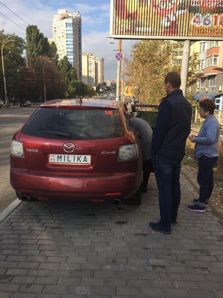 Хероиня парковки пешеходу: - Куда ты шла, туда и иди!