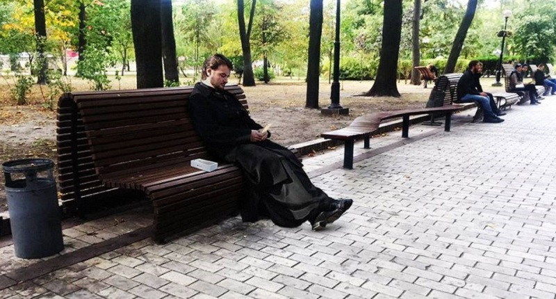 v-kieve-batyushka-s-iphone-7-obmateril-devushku-foto