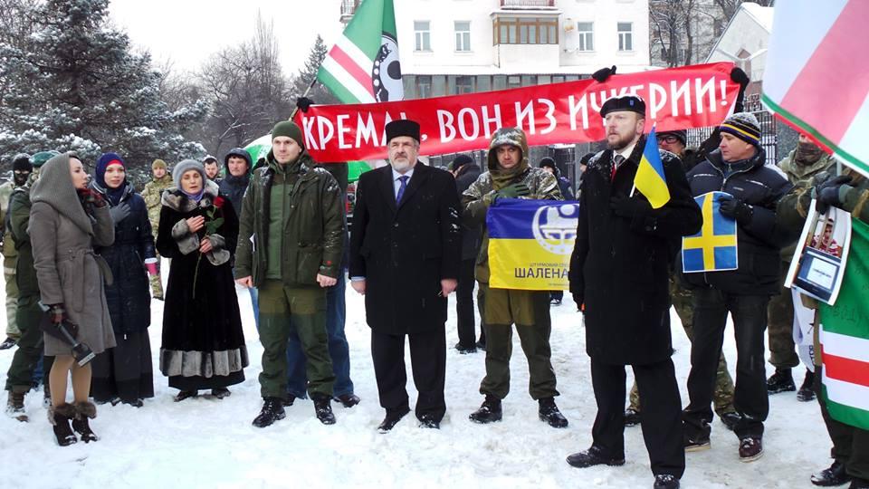 Аміна Окуєва під російським посольством