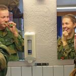 В Норвегии  командир дал приказ 23-х летней девушке мыться вместе с  30-ю её сослуживцами