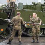В Норвегии  командир дал приказ 23-х летней девушке мыться вместе с  30-ю её сослуживцами)