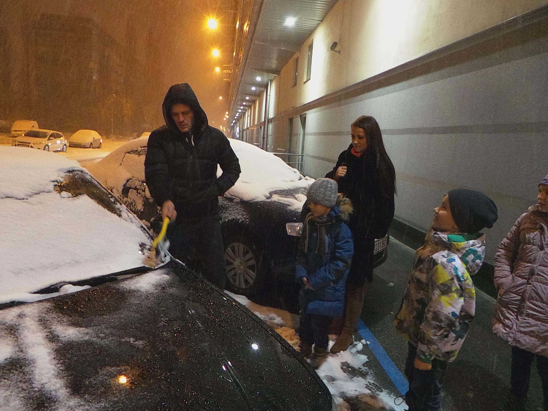 Экс-дончанин во время метели бесплатно развез киевлянок по домам