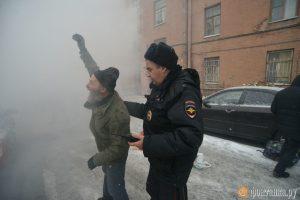 В наказание полиционер похлопал по плечу нарушителя