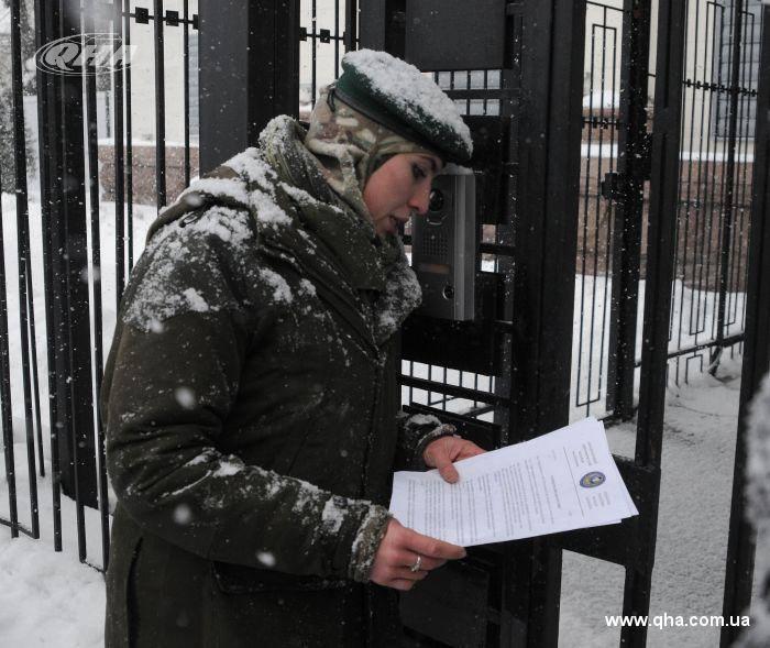 Аміна Окуєва,українська Жанна д'Арк,чеченка за походженням заносить листа до російського посольства