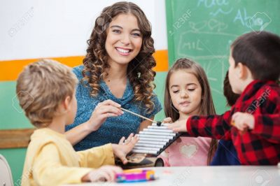 20602055-교사와-실로폰-교실에서-가지고-노는-아이들