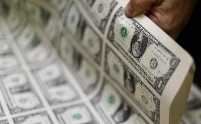 Cédulas de dólar mostradas em Washington. 14/11/2014.   REUTERS/Gary Cameron